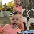 2歳になる直前に撮影された双子(画像は『USA TODAY 2020年11月23日付「Beating the odds: The world's most premature twins to celebrate 2nd birthday」(Jade Ewoldt/Special To The Register)』のスクリーンショット)