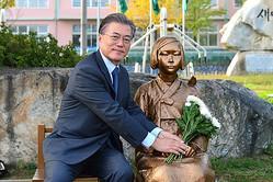 慰安婦像に献花する文在寅大統領