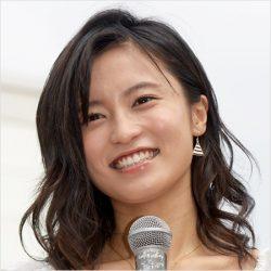 """小島瑠璃子、オーバーオール姿が""""素肌にエプロン""""状態で男たちが歓喜!"""