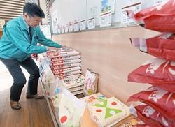 外出自粛要請で米の販売が増えた米専門店の売り場(26日、東京都調布市で)