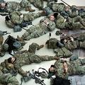 米首都ワシントンの連邦議会議事堂内で、床に寝そべって休憩を取る州兵ら(2021年1月13日撮影、資料写真)。(c)Brendan Smialowski / AFP