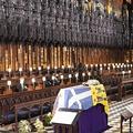 英ロンドン近郊のウィンザー城内にある聖ジョージ礼拝堂で営まれたフィリップ殿下の葬儀に参列したエリザベス女王(左端、2021年4月17日撮影)。(c)Jonathan Brady / POOL / AFP