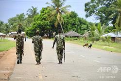 モザンビークのモシンボアダプライアで2017年に起きたイスラム過激派によると思われる攻撃後、町をパトロールする政府軍の兵士ら(2018年3月7日撮影、資料写真)。(c)ADRIEN BARBIER / AFP