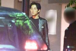誕生会に向かうためタクシーに乗り込む龍平