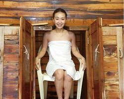 純和風旅館 泉屋 / 木の箱を開けてイスに座る。頭だけ出せるので、長時間入ってものぼせない