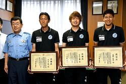 感謝状を受け取った3人。右から高野さん、月成さん、芦田さん=6月12日午後3時32分、津市丸之内の津署