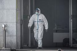防護服を着用する医療スタッフ。武漢市金銀潭病院(STR/AFP via Getty Images)