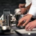 業務用厨房で調理を行うプロの調理師のチーム