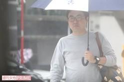 ミッキーマウスがプリントされた傘を片手に自宅から出てきた三平