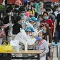 中国・武漢で、新型コロナウイルス検査を受ける人々(2020年5月15日撮影、資料写真)。(c)AFP