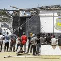 リビアの首都トリポリ郊外で、収容施設の外に立つ移民たち(2019年7月3日撮影、資料写真)。(c)Mahmud TURKIA / AFP