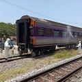 タイ中部タプサケー駅で、新型コロナウイルスに感染していた男性の遺体が見つかった列車の車両を消毒する作業員ら(2020年3月31日撮影、同年4月1日提供)。(c)AFP PHOTO / State Railway of Thailand
