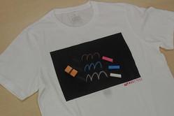 Tシャツ上に塗布することで、チョークで自由に描ける