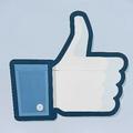 米カリフォルニア州のフェイスブック本社入り口の看板に描かれた「いいね」ボタンのロゴ(2012年5月15日撮影、資料写真)。(c)ROBYN BECK / AFP