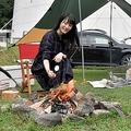 自分で起こしたたき火でマシュマロを焼くソロキャンプ女子のめるさん(9月13日、京都府南丹市日吉町・スプリングスひよし)
