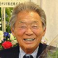 司会を務めた日本テレビ「秘密のケンミンSHOW」の最終収録を終え、花束を手に笑顔を見せるみのもんた
