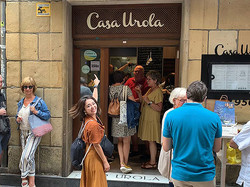 サン・セバスチャンで一番お気に入りのバルの前でルンルン気分に思わず髪も踊る!