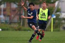 ボランチとサイドバックでプレーした遠藤は、「FWとの距離感をよくしながらやれたと思う」と手応えを口にした。写真:山崎賢人(サッカーダイジェスト写真部)