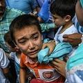米誌編集者はこのたび、中国本土取材では情報提供者の危険を考慮していると述べた。写真は2018年7月、トルコのイスタンブールで、中国当局によるウイグル族弾圧を非難するデモに参加した在トルコのウイグル族少年たち。トルコ警察に鎮圧された(OZAN KOSE/AFP/Getty Images)