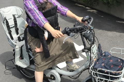 [画像] 「抱っこひも」自転車、ダメと言われても…1歳児死亡で親たちに動揺広がる