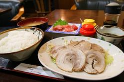 ポスト築地で注目の足立市場で味わうボリュームいっぱいの絶品定食!「カフェ食堂みどり」の「ゆで豚まぐろブツ定食」