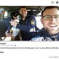 「逮捕された」犬が警察官と記念撮影(画像は『Polizei Mittelfranken 2020年11月10日付Facebook「Hunde - Freund & Helfer」』のスクリーンショット)