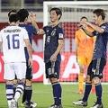 ゴールを奪った塩谷らが勝利を喜ぶ。日本は3連勝で決勝トーナメント進出を決めた。写真:茂木あきら(サッカーダイジェスト写真部)