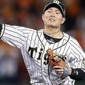 4回巨人、一死一、三塁、丸の二ゴロで二封するが、一塁へ悪送球する阪神の遊撃手北條=甲子園(C)KYODO NEWS IMAGES