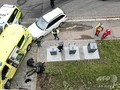 ノルウェーの首都オスロで、救急車を乗っ取った後に警察に組み伏せられた男(2019年10月22日撮影)。(c)Cathrine HELLESOY / various sources / AFP
