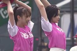 始球式を務めた石田亜佑美さん(左)と佐々木莉佳子さん【画像:パーソル パ・リーグTV】