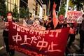 東京で開かれた、東京五輪開催に対する抗議デモ(2021年5月17日撮影)。(c)Charly TRIBALLEAU / AFP