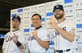 お立ち台でトゥースのポーズを決める(左から)外崎、オードリーの春日俊彰、ニール(撮影・尾崎 有希)