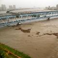 台風19号の影響で増水した多摩川。手前の橋は京急線、奥はJR線=2019年10月12日午後4時52分、川崎市川崎区本町2丁目、林敏行撮影