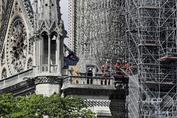 フランス・パリのノートルダム大聖堂の周囲に組まれた足場(2019年4月17日撮影、資料写真)。(c)Thomas SAMSON / AFP