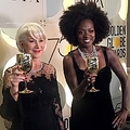 ヘレン・ミレンとヴィオラ・デイヴィス、大物達も黒のドレスで(画像は『Golden Globe Awards 2018年1月8日付Twitter「Helen Mirren and @violadavis stopped backstage for a minute after presenting at the #GoldenGlobes!」』のスクリーンショット)