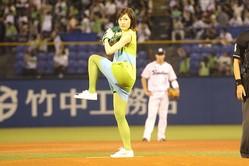 初めての始球式に臨む渡辺麻友さん。ボールはツーバウンドの末にミットに収まった