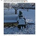 救急隊員が目にしたものは…(画像は『Katie Tudor 2017年12月11日付Twitter「Next, call from a member of the public who was concerned that there was someone sat on a bench, not moving and covered in snow!」』のスクリーンショット)