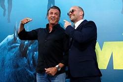 8月7日、米ロサンゼルスで6日、海洋パニック映画『MEG ザ・モンスター』のプレミアが行われ、主演のジェイソン・ステイサム(右)ら出演者に加え、俳優のシルヴェスター・スタローン(左)も駆けつけた。  - (2018年 ロイター/Mario Anzuoni)