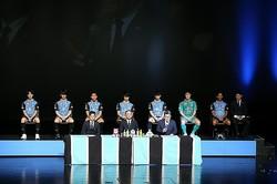 新体制会見を行なった川崎。新加入選手たちが意気込みを語った。前列左から丹野、神谷、三笘、宮城、イサカ、後列左からジオゴ・マテウス、鬼木監督、山根。写真:滝川敏之(サッカーダイジェスト写真部)