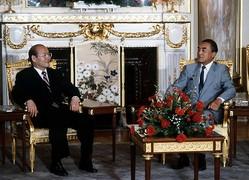 1984年9月、韓国の大統領として初めて来日し、中曽根康弘首相(当時)と日韓首脳会談に臨む全斗煥。(写真=Fujifotos/アフロ)