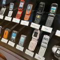 携帯電話の実機を多数展示