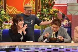 「大人のワイドショー」のワンシーン。デビット伊東の考案したラーメンをヒロミが試食!/(C)NTV