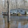 カナダの首都オタワ西部で、周囲が水に囲まれた住宅(2019年4月28日撮影)。(c)Lars Hagberg / AFP