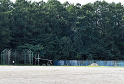 左側にあるハンマー投げの練習場所から放たれたハンマーが、右側のフェンスを越え、テニスコート内にいた生徒2人にあたった=2020年9月17日、岩手県滝沢市の県立盛岡農業高校、大西英正撮影