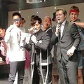 誕生会で記念撮影する芸人たち。入江慎也(中央)の左隣にいるのが、100人以上いる詐欺集団を束ねた首謀者だ