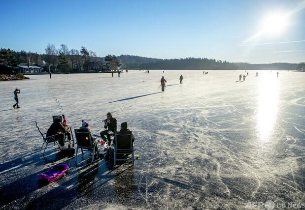 湖に張った氷の穴から転落か、男性4人死亡 スウェーデン