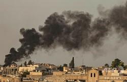 シリア北東部のトルコ国境沿いにあるラスアルアインで、トルコの爆撃により立ち上る煙(2019年10月9日撮影)。(c)Delil SOULEIMAN / AFP