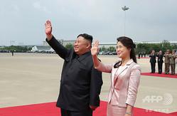 北朝鮮の金正恩(キム・ジョンウン)朝鮮労働党委員長と李雪主(リ・ソルジュ)夫人。北朝鮮・平壌にて。朝鮮中央通信提供(2019年6月21日撮影、22日公開)。(c)AFP PHOTO/KCNA VIA KNS