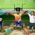 リオデジャネイロ・パラリンピックの重量挙げ男子49キロ級で金メダリストになり、表彰台に上がるレ・バン・コンさん(中央)=2016年9月、ブラジル・リオデジャネイロ(EPA時事)