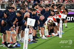 ラグビーW杯日本大会・プールA、日本対スコットランド。観客にお辞儀するスコットランドの選手(手前、2019年10月13日撮影)。(c)William WEST / AFP